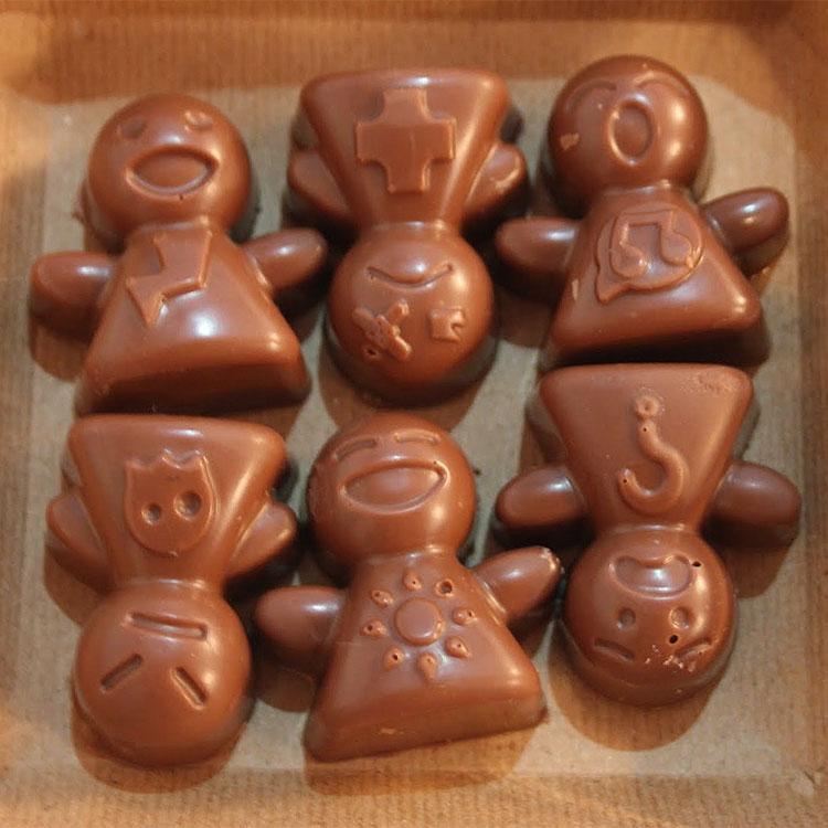 Il bambino goloso e il bambolotto di cioccolato
