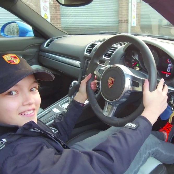 Ragazzo giovane in Porsche